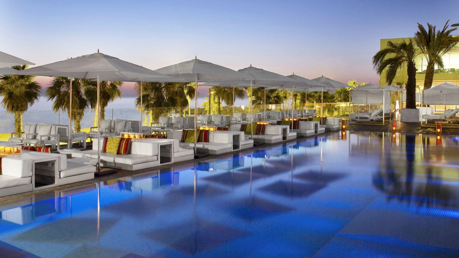 Los 5 mejores bares en azoteas de barcelona para disfrutar la noche de sant joan - Hotel piscina barcellona ...
